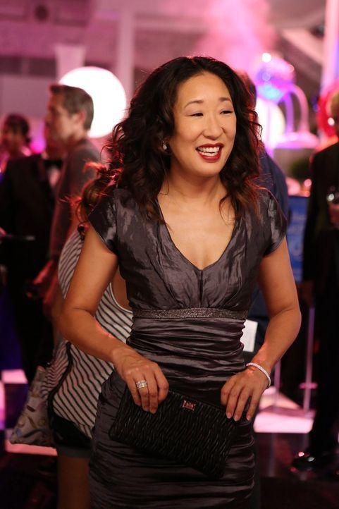 Die Ärzte veranstalten eine Spendengala. Für Christina (Sandra Oh) endet der Abend frühzeitig, als sie plötzlich ins Krankenhaus gerufen wird ... - Bildquelle: ABC Studios