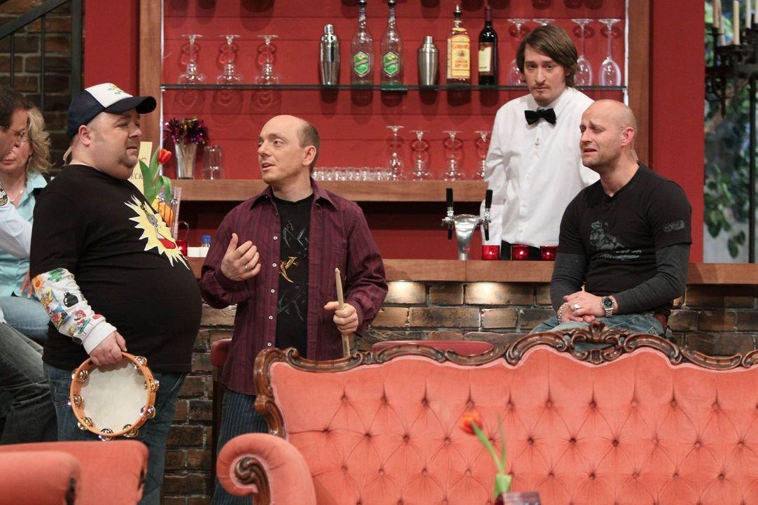 Bernhard (M.) hat ein Problem: Ihm fehlt für den morgigen Abend in seiner Bar eine Band und hofft auf Hilfe von Dirk (l.) und Jürgen (r.) ... - Bildquelle: Frank Hempel SAT.1