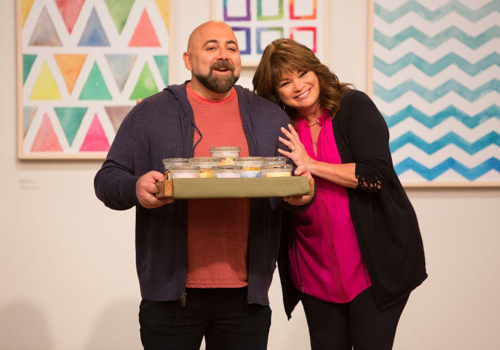 Gastgeber Duff Goldman (l.) und Valerie Bertinelli (r) - Bildquelle: Bruce France 2017, Television Food Network, G.P. All Rights Reserved./Bruce France