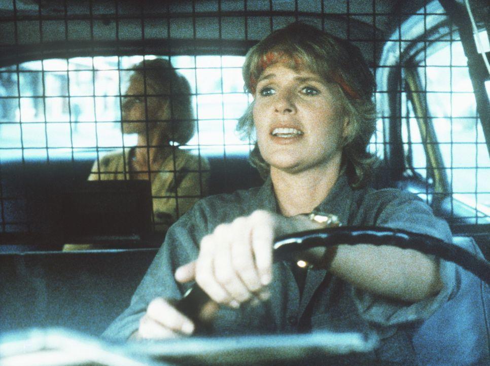 Cagney (Sharon Gless, r.) hat sich als Taxifahrerin verkleidet, um einen gefährlichen Serienmörder zu stellen. - Bildquelle: ORION PICTURES CORPORATION. ALL RIGHTS RESERVED.