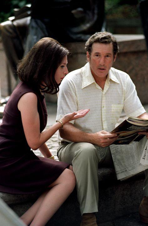 Die Verlegerin Andrea (Hope Davis, l.) hat schlechte Nachrichten für Clifford Irving (Richard Gere, r.). Wird seine Lüge nun endgültig auffliegen? - Bildquelle: 2006 Miramax Films.