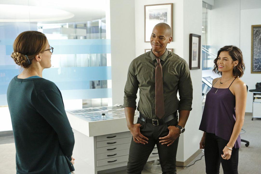 Während es Kara (Melissa Benoist, l.) als Supergirl mit Supermans Nemesis Reactron zu tun hat, bekommt sie es in ihrem regulären Leben mit ganz ande... - Bildquelle: 2015 Warner Bros. Entertainment, Inc.