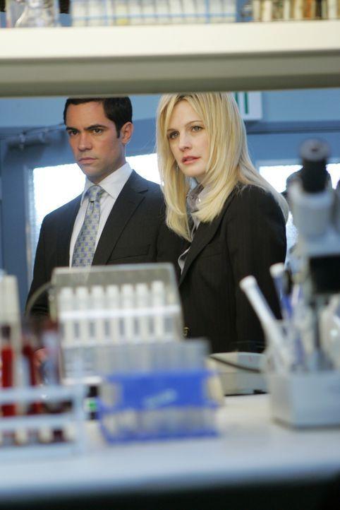 Det. Lilly Rush (Kathryn Morris, r.) und Det. Scott Valens (Danny Pino, l.) erwarten den Laborbericht ... - Bildquelle: Warner Bros. Television