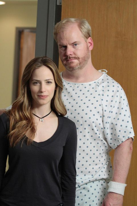 Die erfahrene Wetterfrau Stacey Saxe (Jaime Ray Newman, l.) ist von Ranger Pete Stanbleck (Jim Gaffigan, r.), der Bekanntschaft mit einem Blitz gema... - Bildquelle: 2010 Open 4 Business Productions, LLC. All Rights Reserved.
