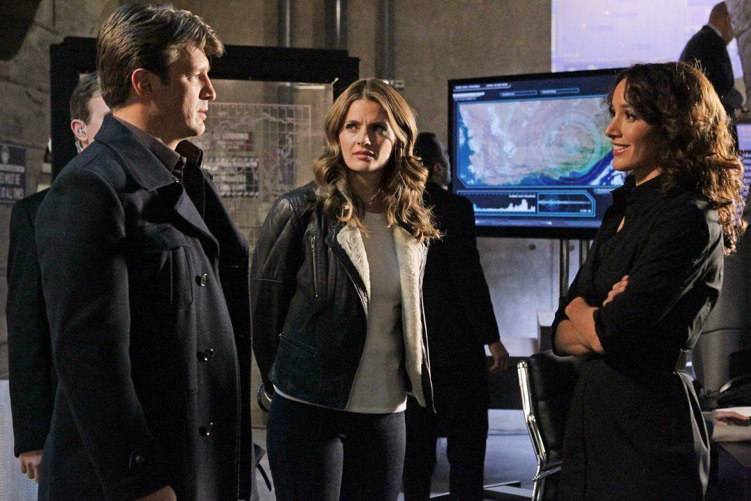 In einem Geheimversteck der CIA treffen Castle (Nathan Fillion, l.) und Beckett (Stana Katic, M.) auf die Agentin Sophia Turner (Jennifer Beals, r.)... - Bildquelle: 2012 American Broadcasting Companies, Inc. All rights reserved.