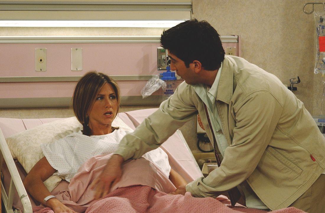 Rachel (Jennifer Aniston) ist gereizt. Kein Wunder - das Baby lässt, seit über zwanzig Stunden auf sich warten. - Bildquelle: TM+  WARNER BROS.