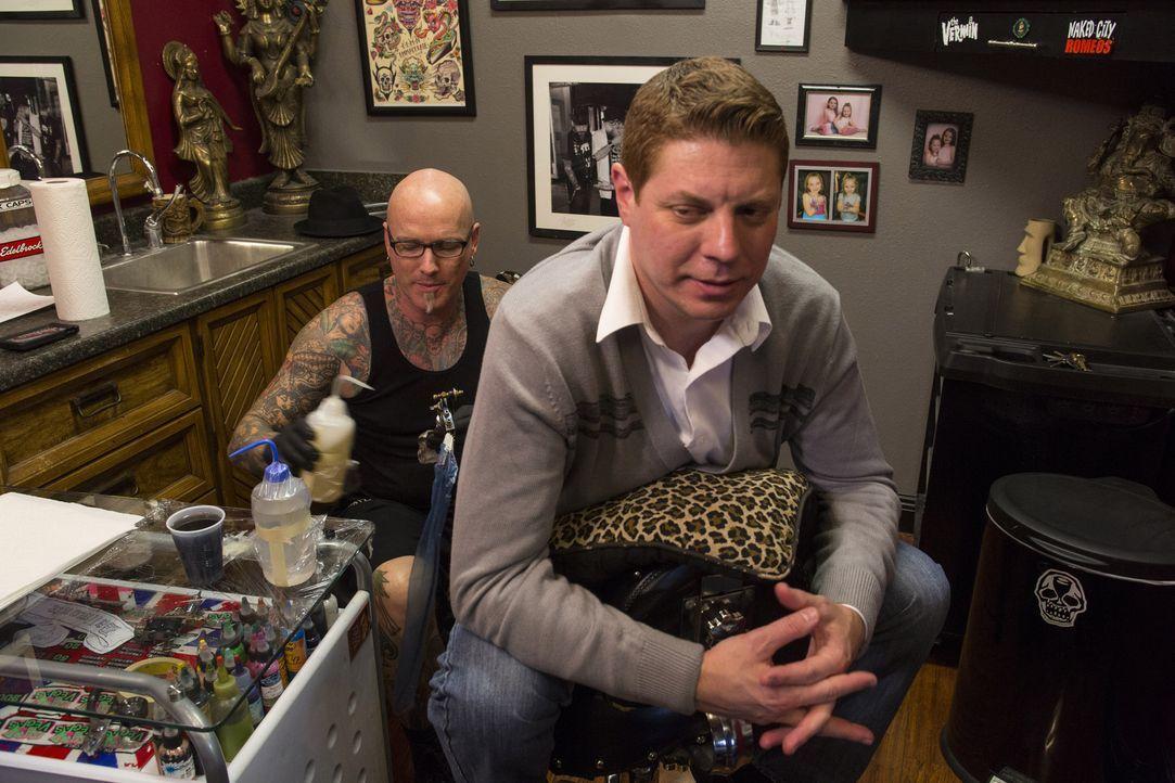 Dirk (l.)  muss bei Mike (r.) gleich zwei Tattoos covern, die seine aktuelle Beziehung gefährden ... - Bildquelle: Richard Knapp 2014 A+E Networks, LLC