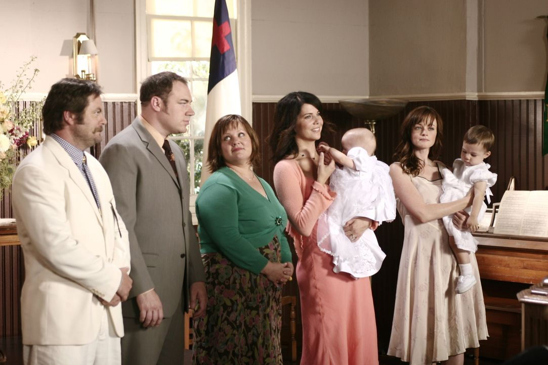 Sookie (Melissa McCarthy, M.) sieht die Taufe ihrer Zwillinge als Chance, um Lorelai (Lauren Graham, 2.v.r.) und Rory (Alexis Bledel, r.) dazu zu br... - Bildquelle: Copyright Warner Brother International Television.