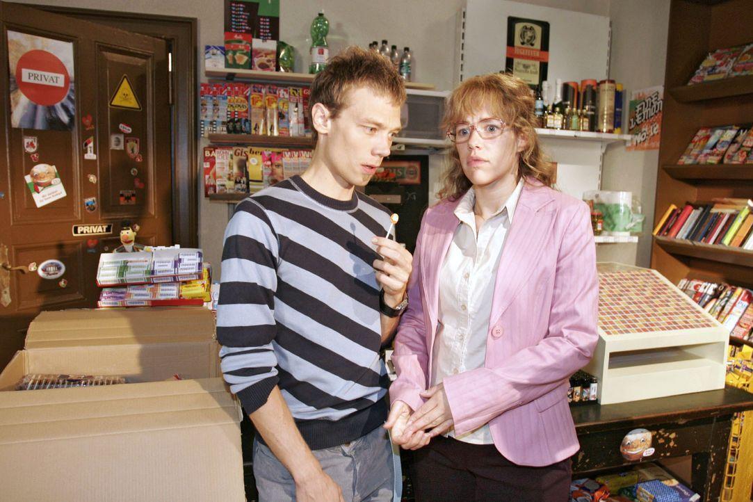 Lisa (Alexandra Neldel, r.) gesteht dem verblüfften Jürgen (Oliver Bokern, l.), dass sie David eins auswischen wollte. - (Dieses Foto von Alexandra... - Bildquelle: Noreen Flynn SAT.1 / Noreen Flynn