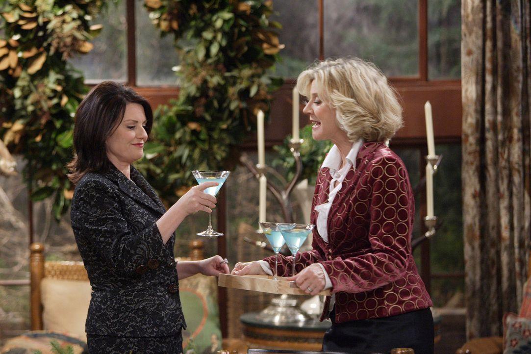 Karen (Megan Mullally, l.) tut sich gütlich an Marilyns (Blythe Danner, r.) Festtagsdrink, dem Blue Marilyn, und versucht alles, um an das Rezept de... - Bildquelle: Paul Drinkwater NBC Productions