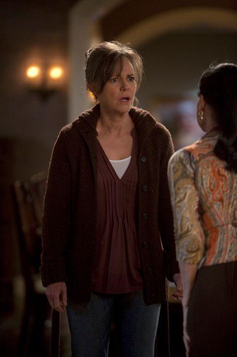 Zwischen Nora (Sally Field, l.) und Gabriela (Sonia Braga, r.) kommt es zum Eklat ... - Bildquelle: 2010 American Broadcasting Companies, Inc. All rights reserved.