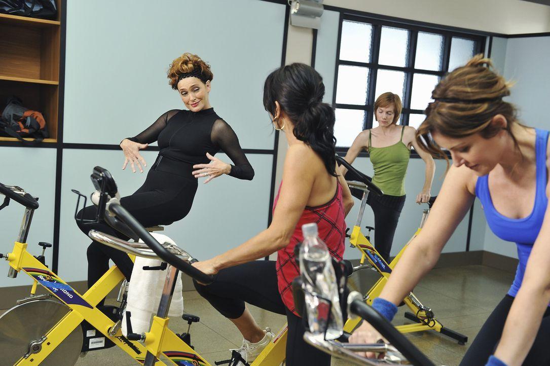 Ein Spinnungkurs der besonderen Art: Barb (Carolyn Hennesy, l.) Jules (Courteney Cox, M.) und Ellie (Christa Miller, r.) ... - Bildquelle: 2009 ABC INC.