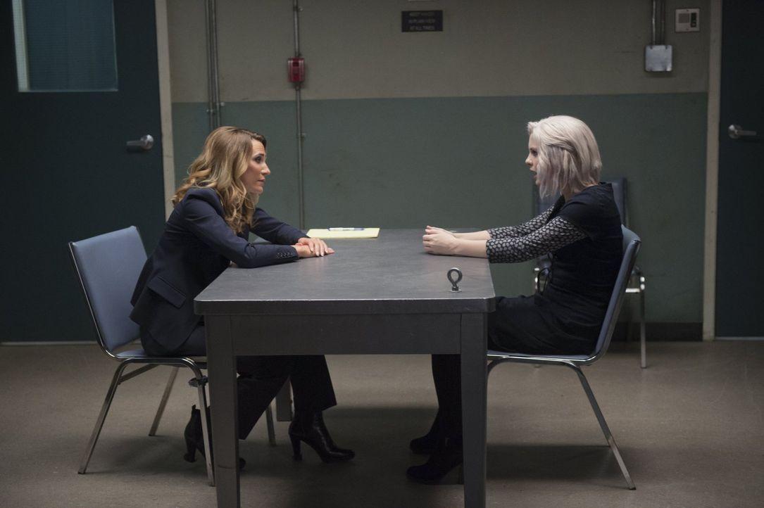 Nachdem Bozzio (Jessica Harmon, l.) glaubt, Major endlich auf die Spur gekommen zu sein, wird auch Liv (Rose McIver, r.) verhört. Doch wird sie ihre... - Bildquelle: 2014 Warner Brothers