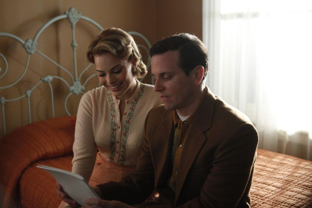 Der verzweifelte Versuch nur gute Freunde zu sein, stellt sich für Laura (Margot Robbie, l.) und Ted (Michael Mosley, r.) als schwieriger heraus, a... - Bildquelle: 2011 Sony Pictures Television Inc.  All Rights Reserved.