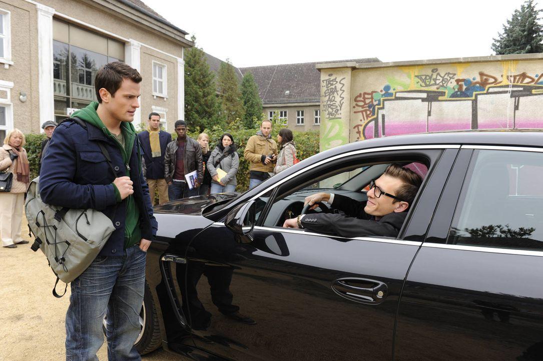 Timo (Rocco Stark, l.) kann es nicht glauben, dass Hotte (Dennis Schigiol, r.) mit einem Porsche an der Schule vorfährt ... - Bildquelle: Christoph Assmann SAT.1