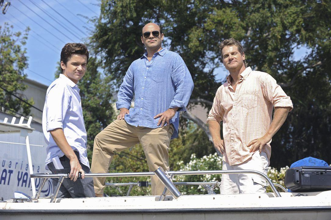 Während Jules ihr zehntes Date mit Josh plant, haben Travis (Dan Byrd, l.), Andy (Ian Gomez, M.) und Bobby (Brian Van Holt, r.) ganz was anderes vo... - Bildquelle: 2009 ABC INC.