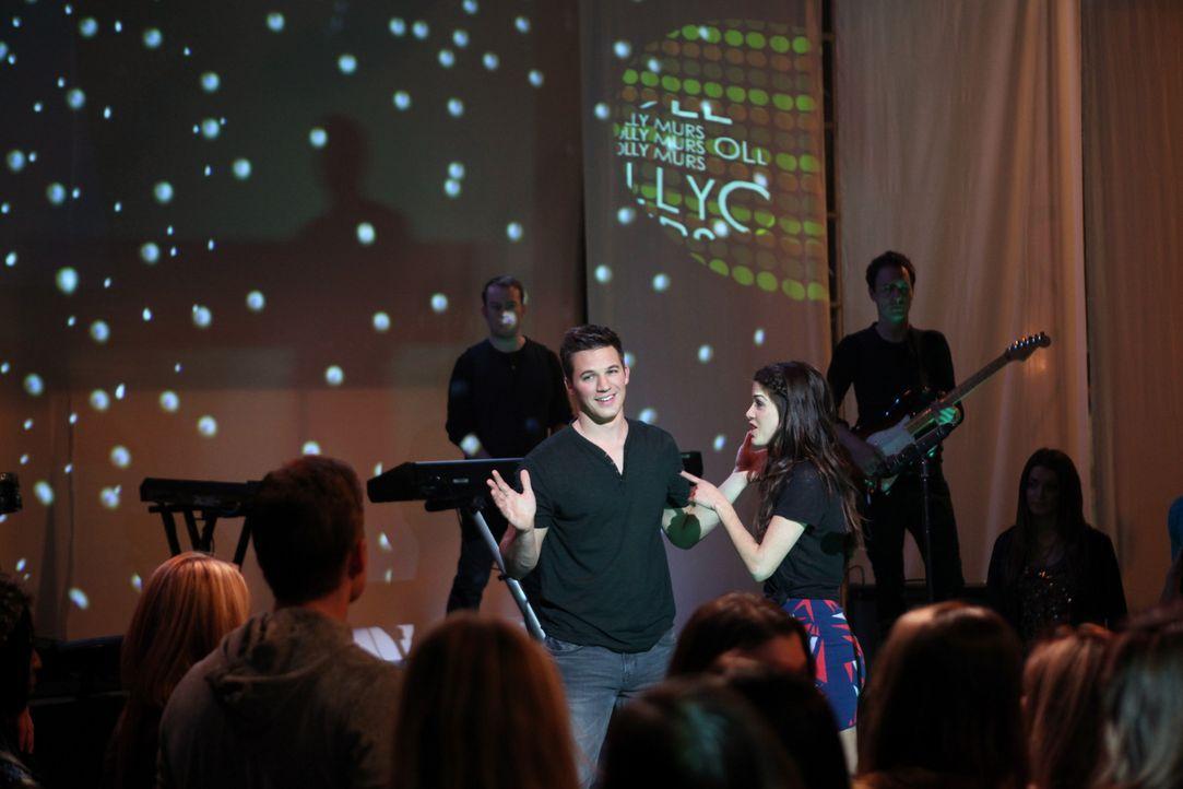 Liam (Matt Lanter, l.) möchte den Exfreund von Cassie (Marie Avgeropoulos, r,) eifersüchtig machen. Mitten auf der Bühne macht er etwas, das alle... - Bildquelle: TM &   CBS Studios Inc. All Rights Reserved