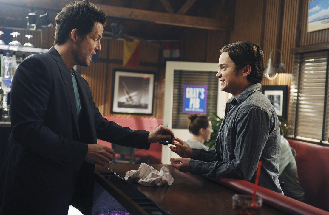 Während Jules auf Grayson (Josh Hopkins, l.) Hilfe angewiesen ist, da sie von der Treppe gestürzt ist, überlegt Travis (Dan Byrd, r.), wie er Kir... - Bildquelle: 2010 ABC INC.
