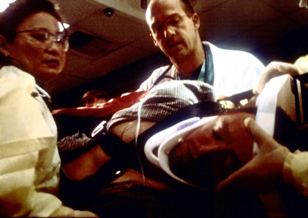 Michael (Justin Louis, r.) wird nach einem Verkehrsunfall eingeliefert. Greene (Anthony Edwards, M.) kommt bald dahinter, dass er noch zusätzliche V... - Bildquelle: TM+  2000 WARNER BROS.