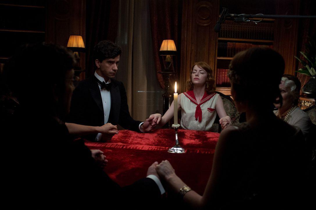 Kann die Spiritistin Sophie (Emma Stone, r.) tatsächlich mit den Toten kommunizierten? Brice Catledge (Hamish Linklater, l.), der Sohn einer einflus... - Bildquelle: Warner Bros.