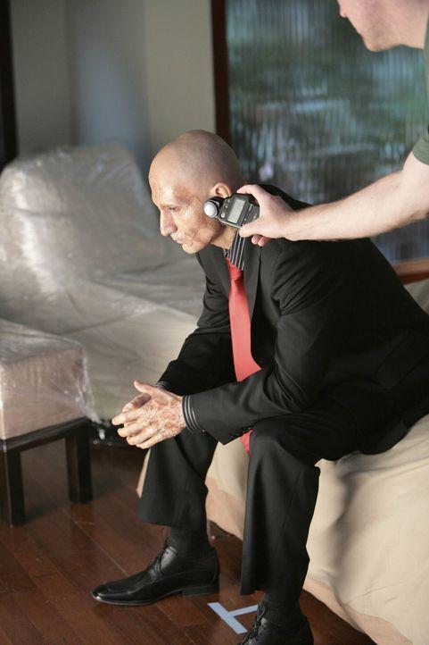 """Bei den Dreharbeiten zu """"Nip/Tuck"""" ... - Bildquelle: TM and   2004 Warner Bros. Entertainment Inc. All Rights Reserved."""
