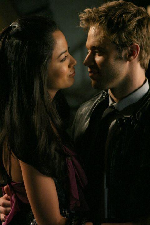 David (Shaun Sipos, r.) unterstützt Lauren (Stephanie Jacobsen, l.) wo er nur kann - doch leider bringt er sie damit auch in Gefahr... - Bildquelle: 2009 The CW Network, LLC. All rights reserved.