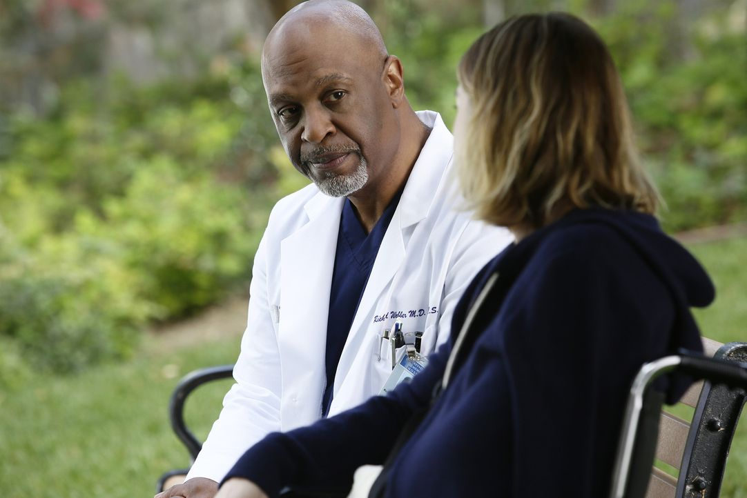 Bei einer Behandlung wird Meredith (Ellen Pompeo, r.) plötzlich brutal von einem Patienten angegriffen. Webber (James Pickens Jr., l.) ist daraufhin... - Bildquelle: Nicole Wilder ABC Studios