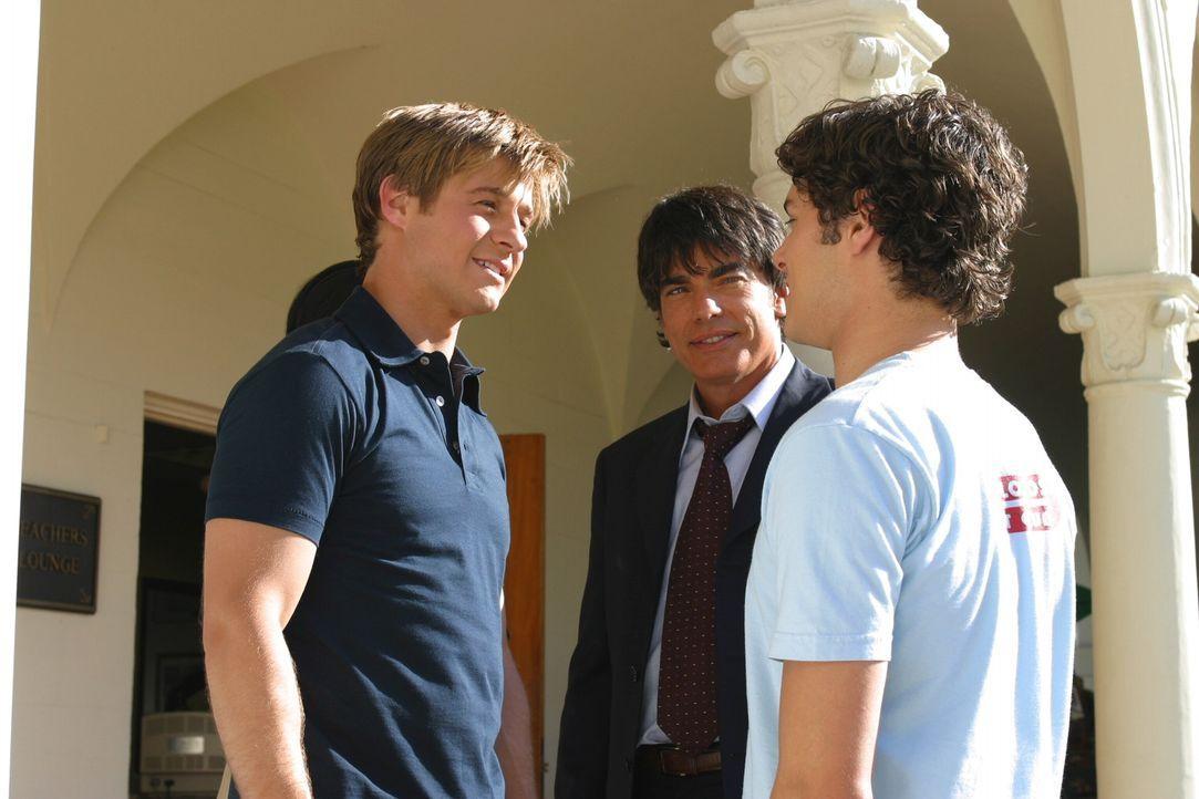 Sandy (Peter Gallagher, M.) und Seth (Adam Brody, r.) geben Ryan (Benjamin McKenzie, r.) noch die letzten Tipps vor der Aufnahmeprüfung … - Bildquelle: Warner Bros. Television