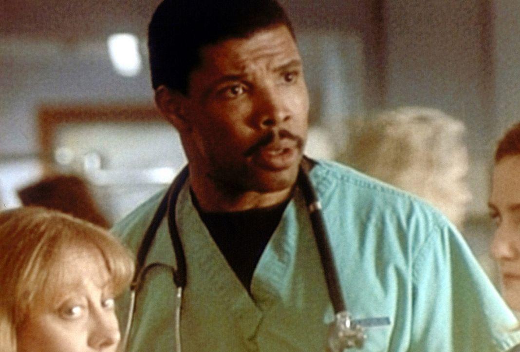 Dr. Benton (Eric LaSalle) schiebt Doppelschichten und ist am Ende mit den Nerven ... - Bildquelle: TM+  WARNER BROS.
