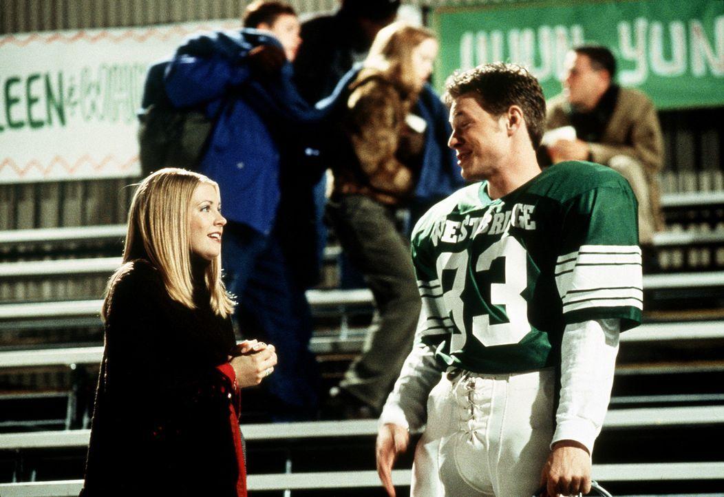Sabrina (Melissa Joan Hart, l.) und Harvey (Nate Richert, r.) im Footballstadion. - Bildquelle: Paramount Pictures