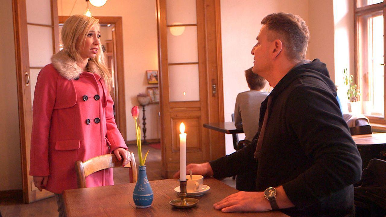 Louisa (l.) erfährt von Ralf (r.) die Wahrheit über die Trennung ihrer Eltern ... - Bildquelle: SAT.1