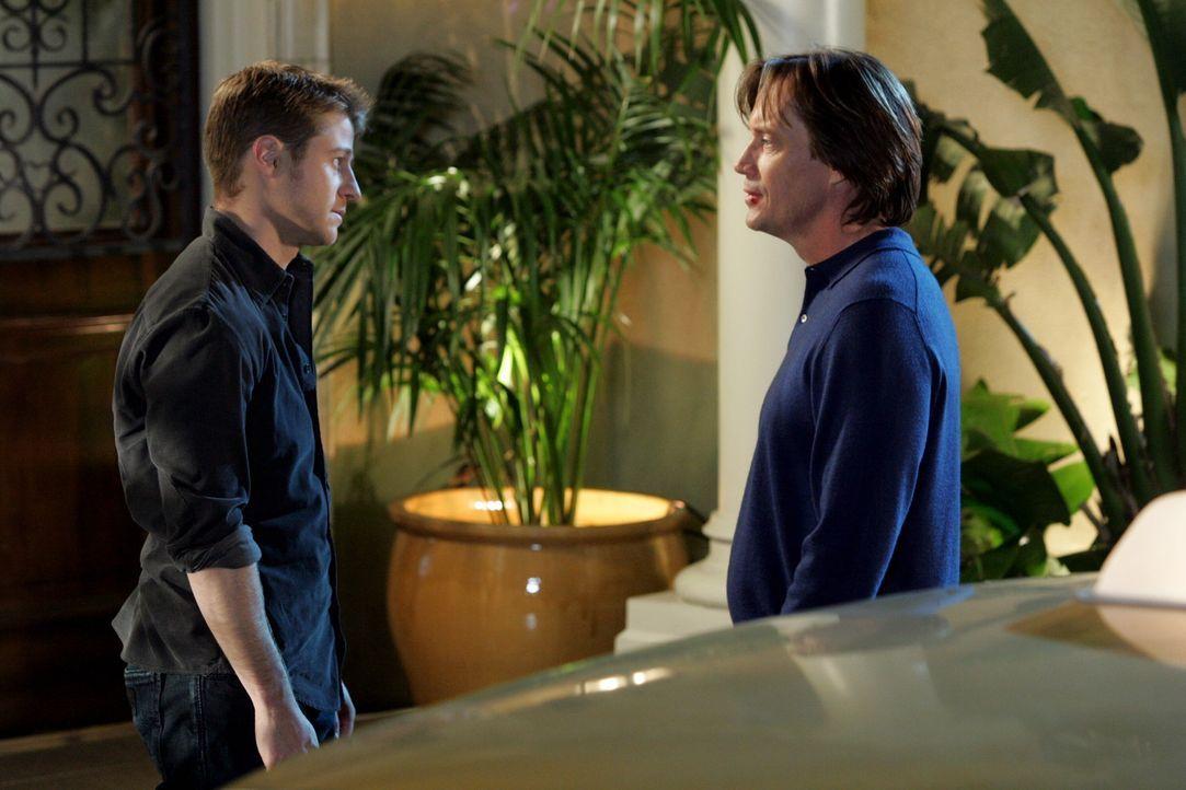 Obwohl Ryan (Benjamin McKenzie, l.) erst nicht begeistert davon war, trifft er sich doch mit seinem Vater Frank (Kevin Sorbo, r.) ... - Bildquelle: Warner Bros. Television
