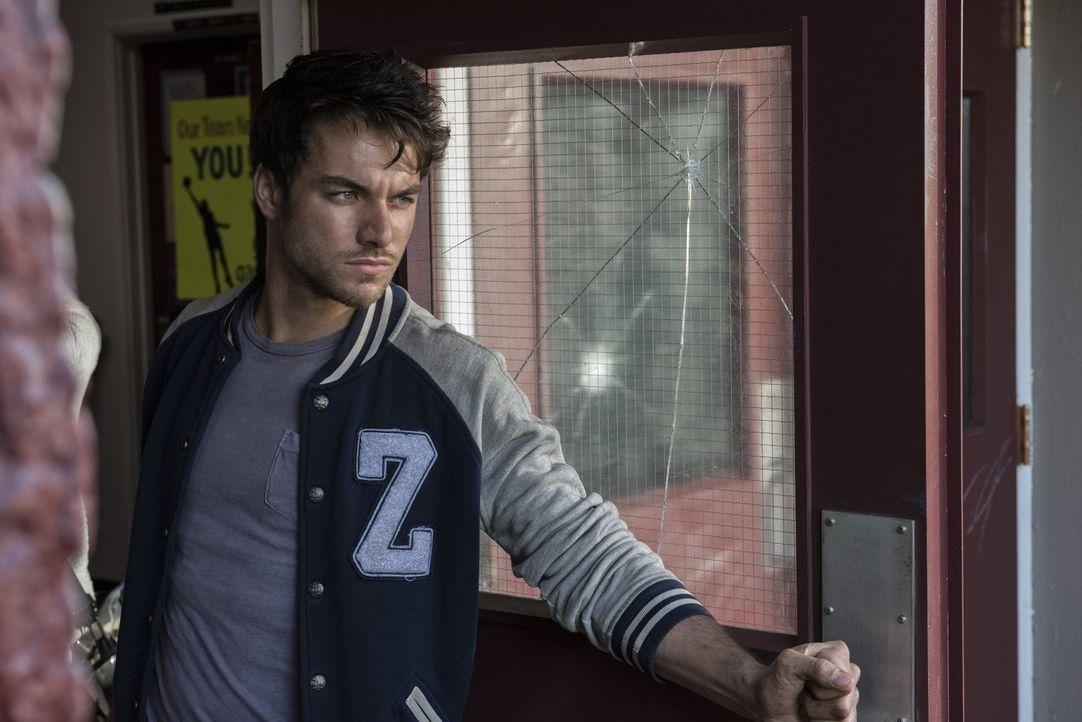 Beim Dreh einer neuen Zombie High Folge feuert Wyatt Carver alias Cody (Zack Peladeau) einen Schuss ab, der eindeutig nicht aus einer Waffen-Attrapp... - Bildquelle: 2014 Warner Brothers