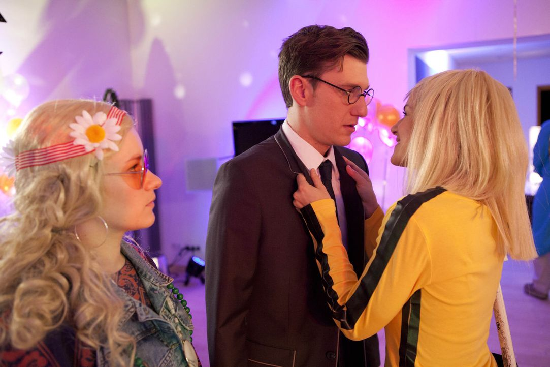 Zwischen Hotte (Dennis Schigiol, M.), Emma (Kasia Borek, l.) und Jenny (Lucy Scherer, r.) bahnt sich ein Eifersuchtsdrama an ... - Bildquelle: SAT.1