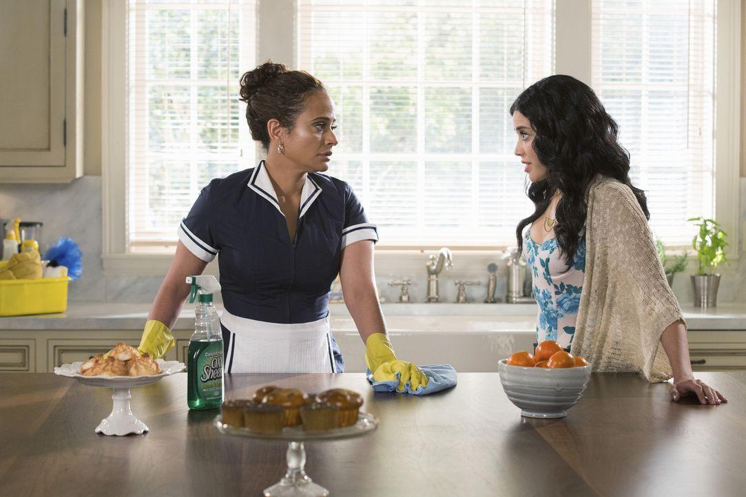 Als Valentina (Edy Ganem, r.) ausnahmsweise bei ihren Eltern schläft, wird ihr klar, dass Zoila (Judy Reyes, l.) mitten in einem Gefühlschaos steckt... - Bildquelle: 2014 ABC Studios