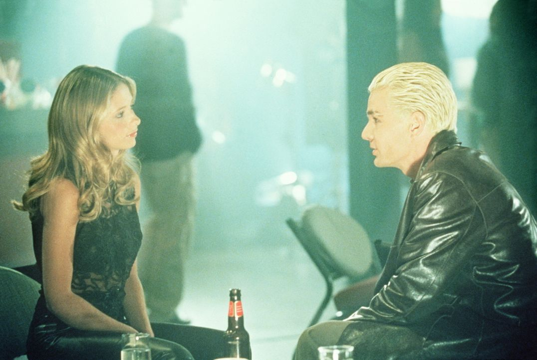 Buffy (Sarah Michelle Gellar, l.) befürchtet, dass Spike (James Marsters, r.) sich in sie verliebt hat. - Bildquelle: TM +   2000 Twentieth Century Fox Film Corporation. All Rights Reserved.