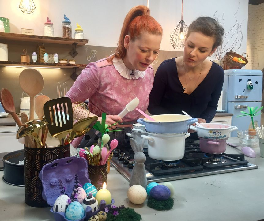 In ihrer österlichen Backstube bekommt Enie (l.) kompetente Unterschützung von Back-Bloggerin Julia Mauracher (r.), mit der sie gemeinsam köstliche... - Bildquelle: sixx