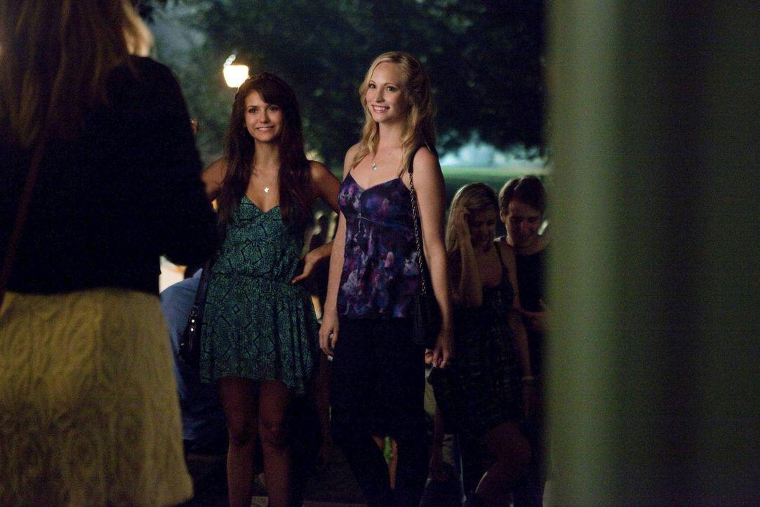 Können Elena (Nina Dobrev, M.) und Caroline (Candice Accola, r.) ihrer neuen Mitbewohnerin Megan (Hayley Kiyoko, l.) trauen? - Bildquelle: Warner Brothers