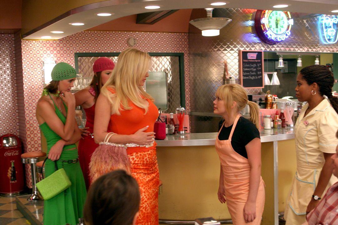 Sam (Hilary Duff, 2.v.r.) teilt ihrer Stiefmutter Fiona (Jennifer Coolidge, 3.v.l.) mit, dass sie kündigt und bei Rhonda (Regina King, r.) einziehen... - Bildquelle: Warner Bros.