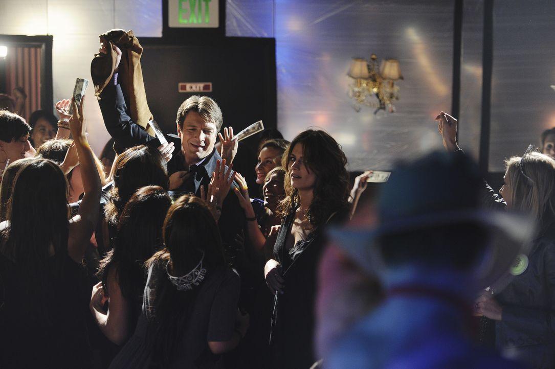 Die Ermittlungen in einem Stripclub gestalten sich äußerst schwierig. Castle (Nathan Fillion, hinten l.) wird von weiblichen Fans belagert und Kate... - Bildquelle: 2010 American Broadcasting Companies, Inc. All rights reserved.