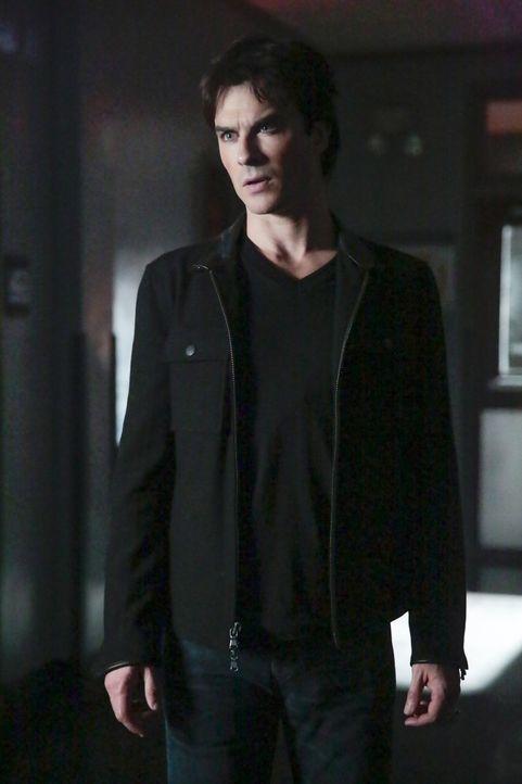 Nachdem Enzo die berüchtigte Vampirjägerin wiedererweckt hat und dann ihre Spur verloren hat, gibt ausgerechnet Damon (Ian Somerhalder) der Vampirjä... - Bildquelle: Warner Bros. Entertainment, Inc.