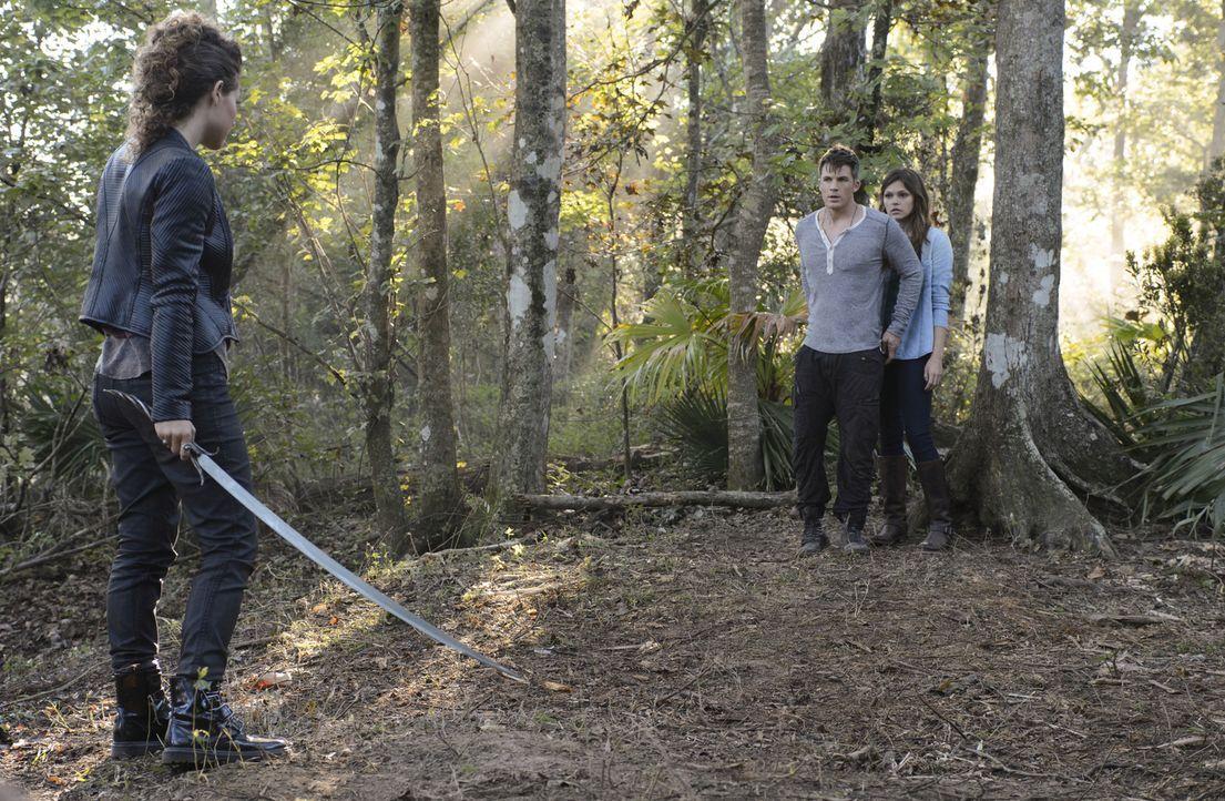 Zoe (Dora Madison, l.) macht es Roman (Matt Lanter, M.) und Emery (Aimeé Teegarden, r.) nicht leicht, ein Gegenmittel für Lukas zu finden und das üb... - Bildquelle: 2014 The CW Network, LLC. All rights reserved.
