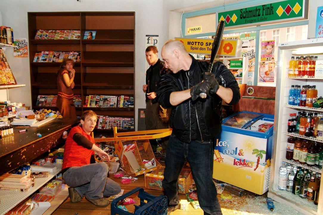 Lisa (Alexandra Neldel, l.) und Jürgen (Oliver Bokern, 2.v.l.) werden von Schlägern bedroht, die den Kiosk verwüsten. (Dieses Foto von Alexandra Nel... - Bildquelle: Monika Schürle SAT.1 / Monika Schürle
