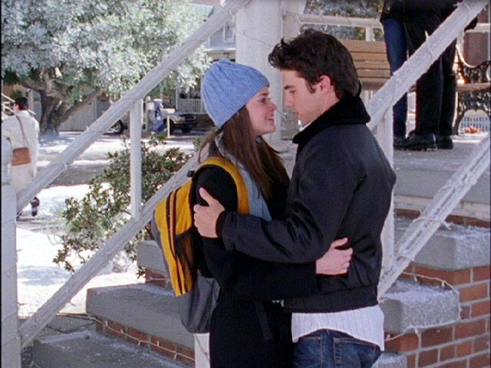 Während ein Abendessen anlässlich Richards Geburtstag im Desaster endet, bittet Rory (Alexis Bledel, l.) Jess (Milo Ventimiglia, r.), sie zum Winter... - Bildquelle: 2002 Warner Bros.