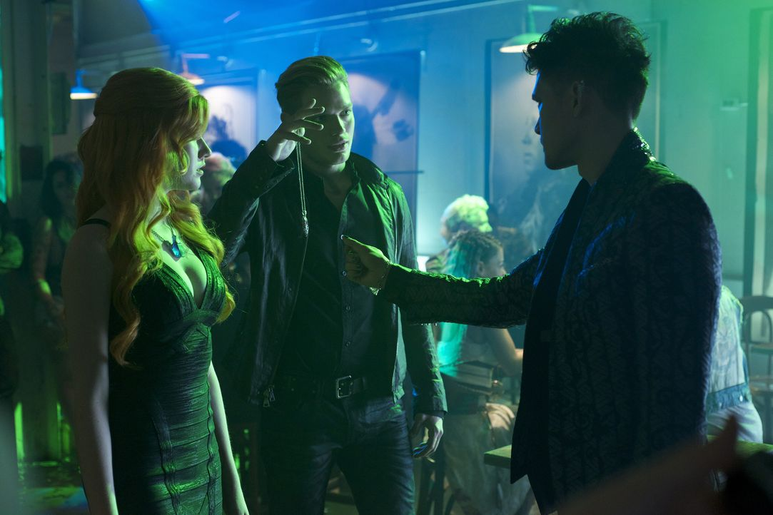 (v.l.n.r.) Clary (Katherine McNamara); Jace (Dominic Sherwood); Magnus (Harry Shum Jr., r.) - Bildquelle: Sven Frenzel 2015 Disney Enterprises, Inc. All rights reserved./Sven Frenzel