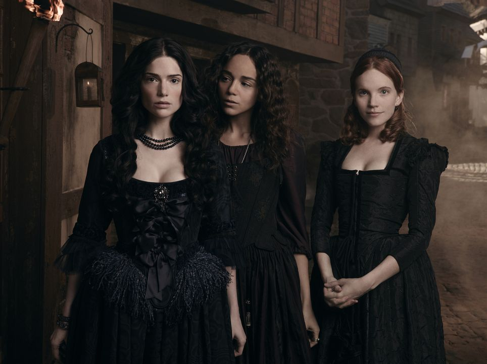 (1. Staffel) - Tituba (Ashley Madekwe, M.) und Anne Hale (Tamzin Merchant, r.) schauen zu der einflussreichen Mary Sibley (Janet Montgomery, l.) auf... - Bildquelle: 2013-2014 Fox and its related entities.  All rights reserved.