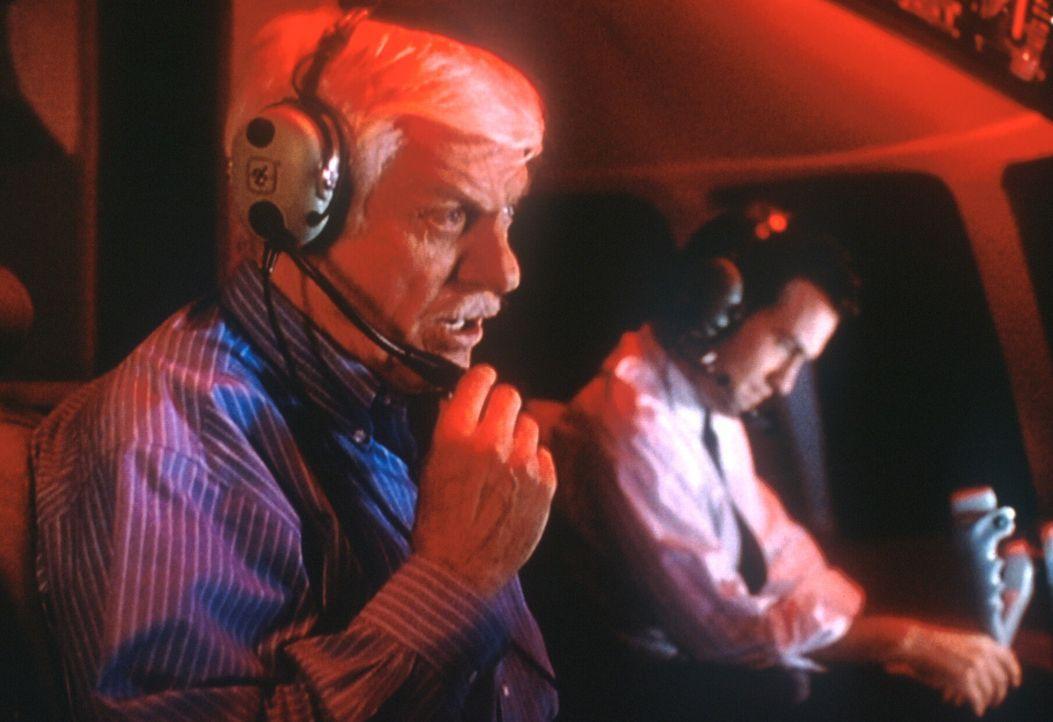 Mark (Dick Van Dyke, l.) und der Pilot Martin (Maury Sterling, r.), der jedoch nur Erfahrung mit kleinen Maschinen hat, versuchen, den Jumbo zu land... - Bildquelle: Viacom