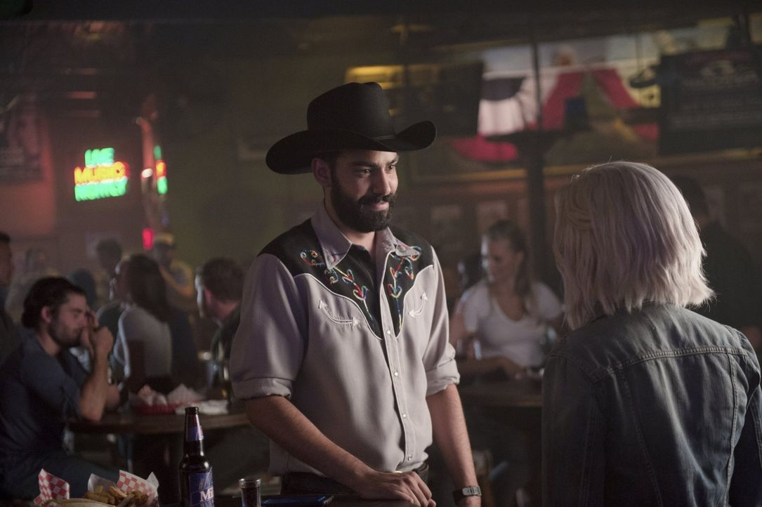 Während sich Liv (Rose McIver, r.) über die Rückkehr ihrer besten Freundin freut, wird Ravis (Rahul Kohli, l.) Leben von Peyton auf den Kopf gestell... - Bildquelle: 2014 Warner Brothers