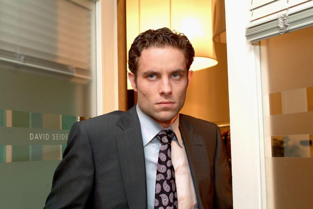 Max (Alexander Sternberg) zieht sich gekränkt zurück, als er merkt, dass David Lisas Plänen zustimmt. - Bildquelle: Monika Schürle SAT.1 / Monika Schürle