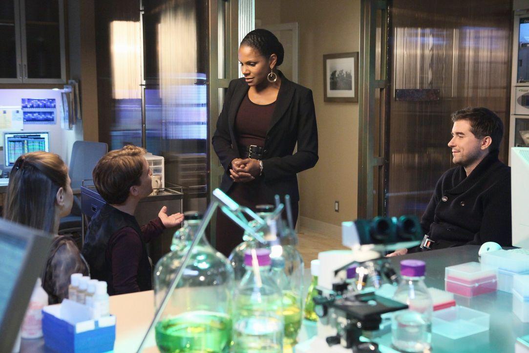 Der neue Arzt Dr. Gabrielle Fife (Michael Patrick Thornton, r.) hat zwei Patienten, Sally (Kacie Borrowman, l.) und Curtis Donovan (Nic Novicki, 2.v... - Bildquelle: ABC Studios